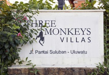 THREE MONKEY VILLAS ULUWATU SURF ACCOMMODATION SIGN